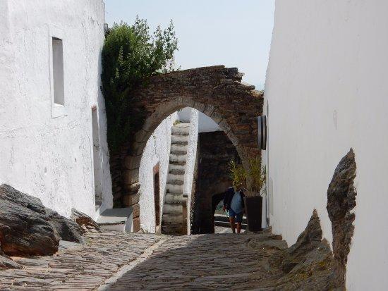 Monsaraz, Portugal : Puerta del aljibe