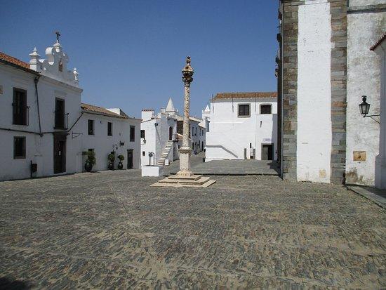 Monsaraz, Portugal : Plaza con pelourinho