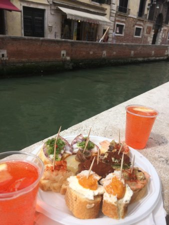 Cantine del Vino Già Schiavi : Cicchetti and Spritz by the canal