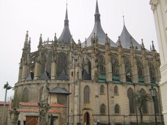 Kutna Hora, Tsjechië: Собор Святой Варвары в дождливый день