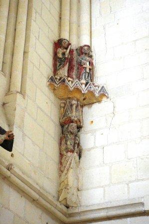 Candes-Saint-Martin, France: Des statues peintes