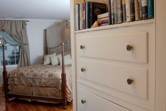 Madison, CT: The Long Island Mist guest room