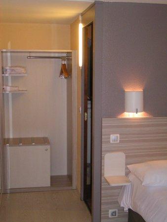 Chatillon-en-Michaille, France: Penderie, Salle de bains et lit