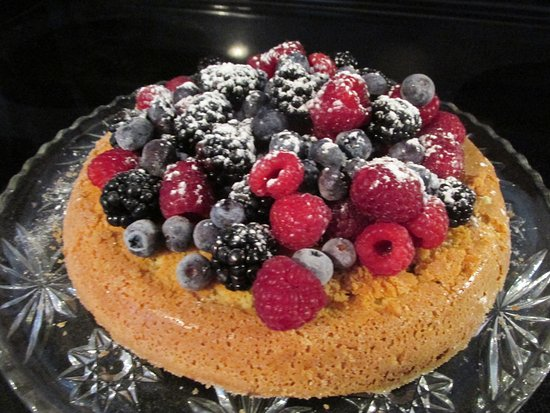 Canton, Estado de Nueva York: Almond Flour Cake with fresh fruit.