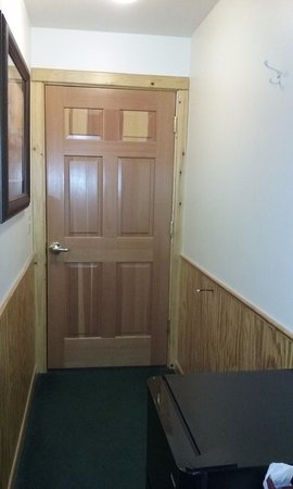 Paradise, MT: Solid door that locks with hall entry area.