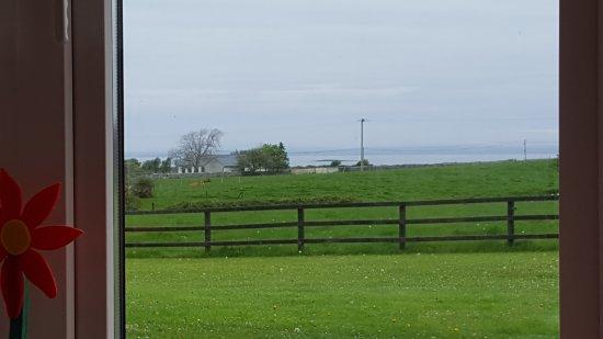 Ballyvaughan, Irland: Vue de la salle où l'on prend le petit-déjeuner