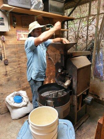 Atenas, Costa Rica: roasting coffee