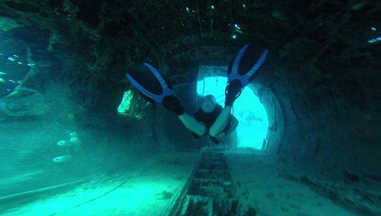 Mermaid Dive Center : Beim Durchtauchen eines Flugzeugwracks
