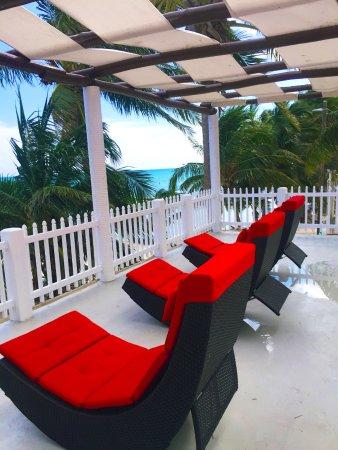 Island Magic Beach Resort: Reading Deck above the restaurant/bar