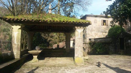 Rois, Spanje: Zona de recreo y, al fondo, el pazo