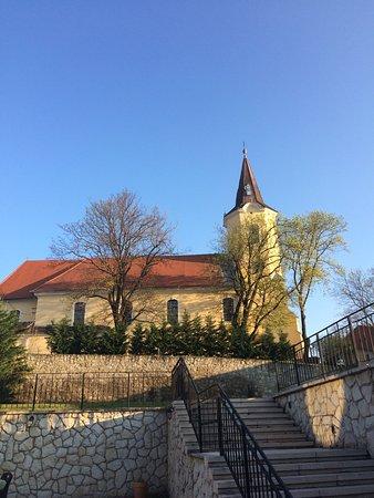 Tarcal, Hungary: Церковь рядом с отелем.