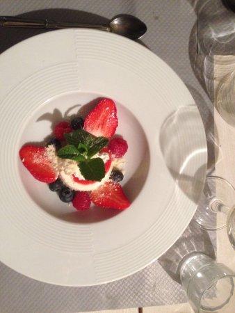 Mazan, France: Etagère Géraldinette, dessert aux fruits rouges et merlau bouillabaisse.