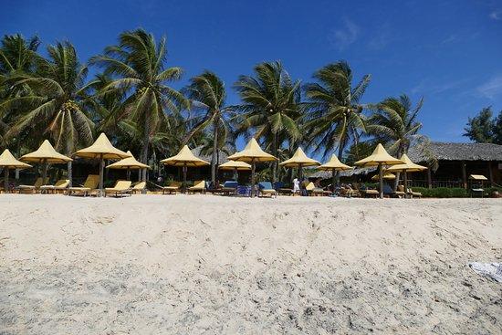 Coco Beach Resort: Strand, rechts Restaurant zum Frühstücken