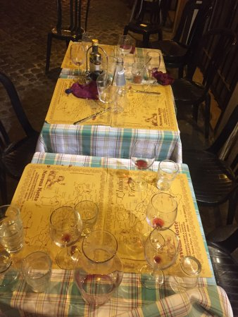 Navona Notte: Countless tables left uncleared throughout.