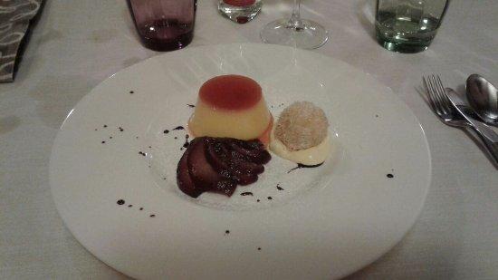 Artogne, Italia: Crem caramel con pere cotte nel vin brule' e riccii di gelato al marron glace'