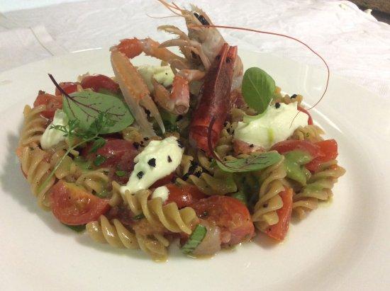 Osio Sopra, Italia: Fusilli integrali con crudite di pesce, polvere di olive e mozzarella di bufala