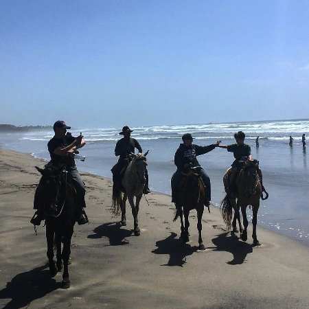 La Mision, Mexique : Brothers high fiving on horseback