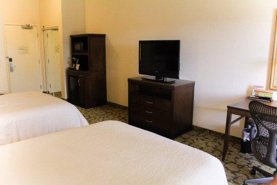 Hilton Garden Inn Redding: Two Queens, HDTV, Microwave, Mini Fridge