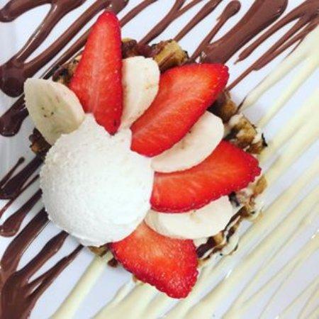 Solna, السويد: Drottning waffle with white & milk chocolate, strawberries, bananas and homemade italian ice cre