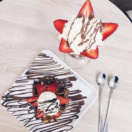 Solna, السويد: SUNNY STRAWBERRY SUNDAE TOWER, strawberry ice cream maddness & Lyx waffle