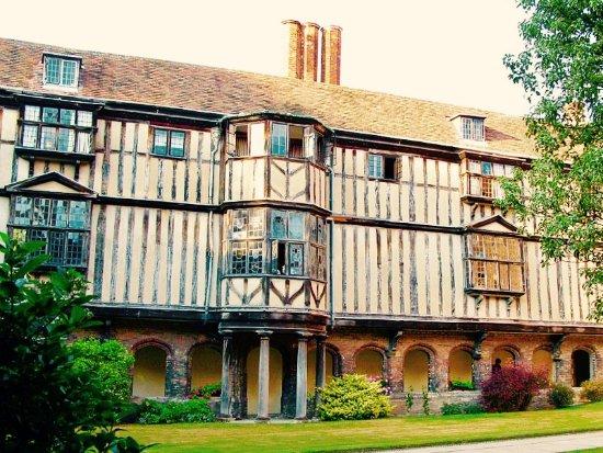 Cambridge Tour Guides: Cloister Court, Queens' College.