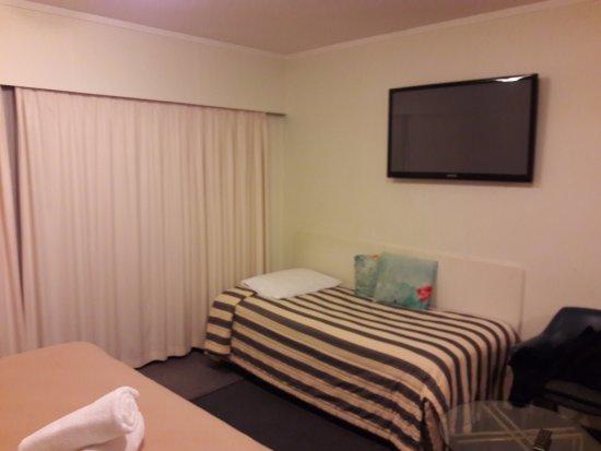 Airport Gold Star Motel : Flatscreen TV and single bed