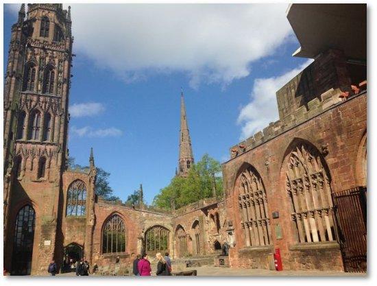 Coventry, UK: 塔が高すぎて写真に入りきりません・・・