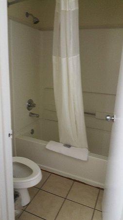 ลัมเบอร์ตัน, นอร์ทแคโรไลนา: Super 8 room, stained rug and bare walls.