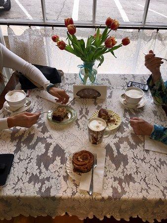 Alton, IL: Excellent decor!  Excellent lattes!  Yummy & beautiful baked goods!