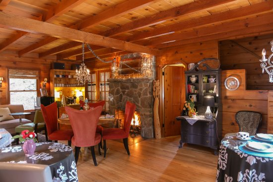 Shaver Lake, Kaliforniya: Welcome tot he warm and cozy cozy area where we serve a gourmet breakfast daily starting at 8:30