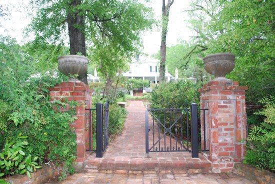 Natchez, MS: Walkway at Elms Court