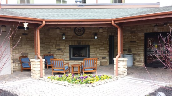 Hampton Inn Pigeon Forge: Back patio with fireplace