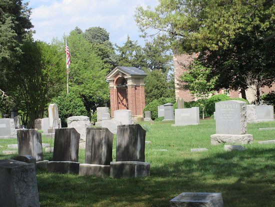 Pohick Church: On top of the hill is the old burial site