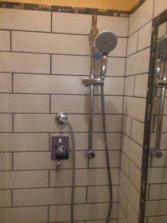 Hotel Verona: The between floors lift, shower room in 204 & the late night bin man