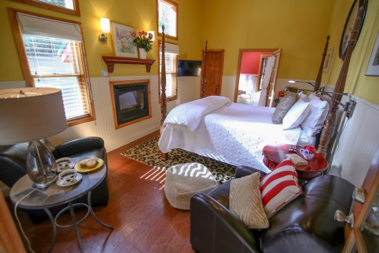 Shaver Lake, Kaliforniya: The Cedar Suite invites you in with a 4-poster beam gas log fireplace, jetted tub & shower and m