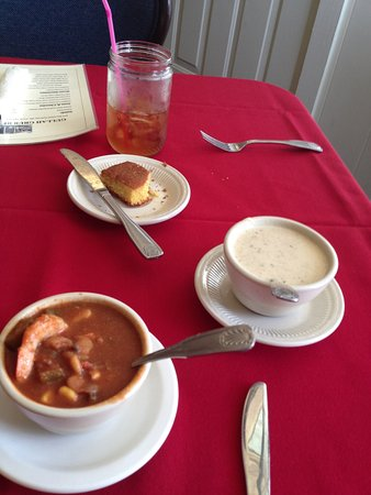 Saint Helena Island, Carolina del Sur: Shrimp gumbo, she crab soup, and cornbread