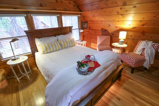 Shaver Lake, CA: The Sugar Pine suite features a two person corner jetted tub, fireplace, and total romance.