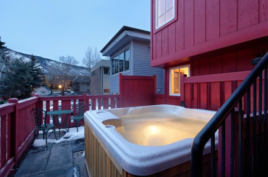 Little Red Ski Haus : Hot tub
