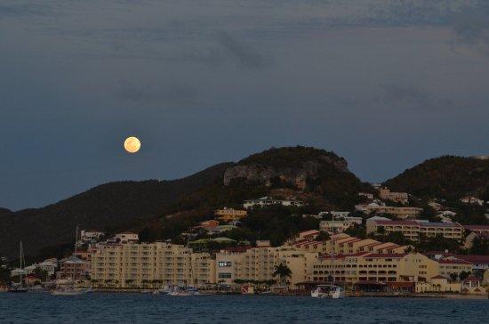 Simpson Bay, St-Martin/St Maarten: Looks pretty full to me!!