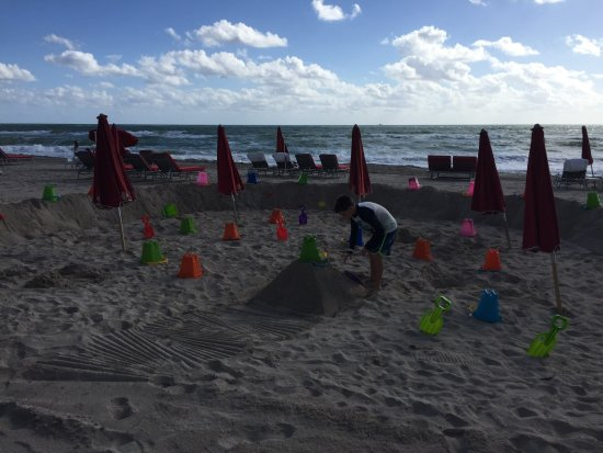 Acqualina Resort & Spa on the Beach: Kids play area with umbrellas
