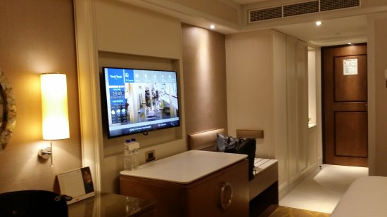 Dusit Thani Manila: Newly renovated rooms of Dusit Hotel.  They also provide very fragrant toiletries!  This hotel i