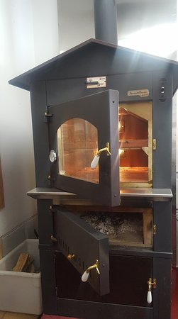 Haliburton, Canadá: Come In And Taste The Difference With Our Wood Burning Oven For Our Delisous Homemade Pizzas!