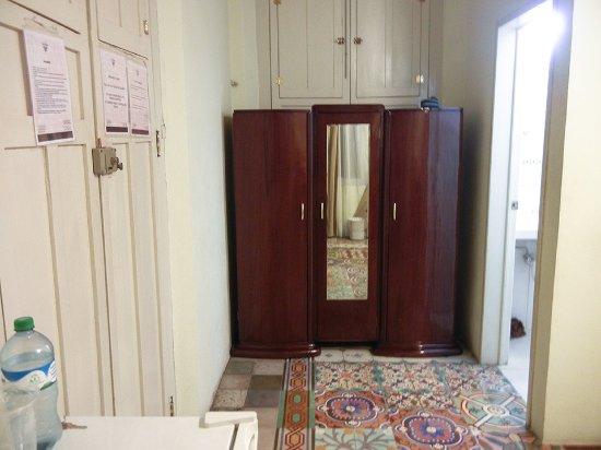 Hotel Casa Nobel: Ropero y entrada al baño