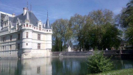 Azay-le-Rideau, فرنسا: Reflets dans l'eau .