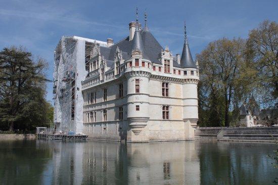 Azay-le-Rideau, فرنسا: Vue extérieure, malgré les travaux.