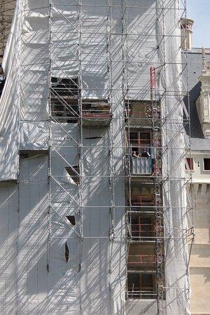 Azay-le-Rideau, France: Échafaudages  et ascenseur .