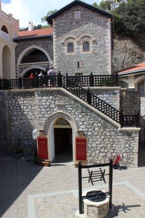Pedoulas, Cyprus: старый колодец