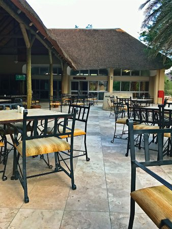 Cañón Fish River, Namibia: The outside seating area of the restaurant. The bar is just next to it, so convenient to relax