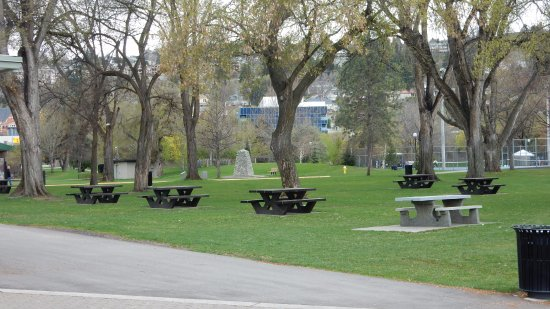 Kamloops, Canada: The Park, tables for a picnic...