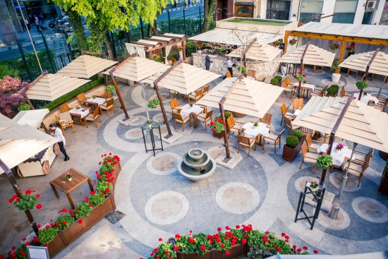 Athenee Palace Hilton Bucharest: Enjoy a wonderful meal on our main restaurant's terrace, Roberto's on La Strada.